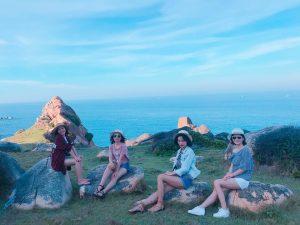 Khách chụp hình lưu niệm tại Bãi đá thảo nguyên Cù Lao Xanh