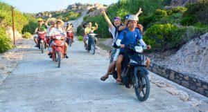 Lái xe máy dạo quanh đảo Cù Lao Xanh là trải nghiệm vô cùng thú vị