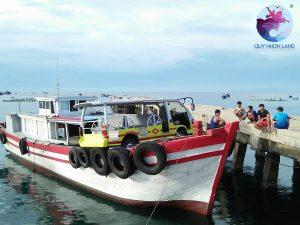 Xe điện Cù Lao Xanh được vận chuyển từ đất liền ra Đảo bằng tàu gỗ lớn