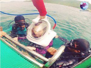 Khách du lịch tập quen với thiết bị lặn san hô ở Kỳ Co
