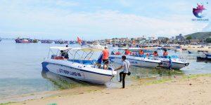 Đội tàu Công ty Quy Nhon Land đang đón khách tại bến
