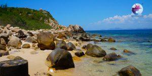 Các tảng đá đa dạng hình thù ở Cù Lao Xanh