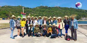 Khách du lịch chụp hình lưu niệm ở Đảo Cù Lao Xanh