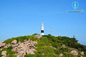 Ngọn Hải Đăng Cù Lao Xanh đứng sừng sững giữa biển cả