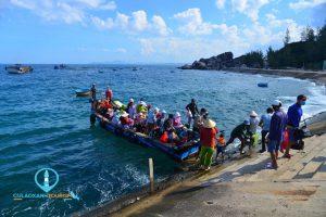 Thuyền cập bến, đưa du khách lên Cù Lao Xanh. Ảnh: Phương Nguyễn