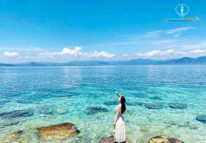 Bãi biển với cát trắng phau, nắng vàng và nước biển trong vắt với 3 màu nước, nhìn và chạm chân được vào san hô. Ảnh Internet