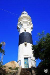 Ngọn hải đăng cổ Cù Lao Xanh được sơn 3 khoang màu nổi bật - Ảnh Internet