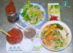 Dùng tạm bữa sáng tại Quy Nhơn