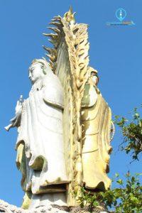 Bên cạnh Eo Gió có một ngôi chùa nổi tiếng với tượng Bồ Tát hai mặt rất linh thiêng.