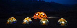 Một số du khách dựng lều ngủ đêm ở đảy - Ảnh Internet
