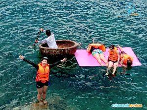 Du khách đang lặn ngắm san hô.
