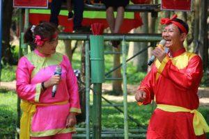 Vợ chồng nghệ nhân Trần Hữu Phước diễn xuất rất ăn ý.