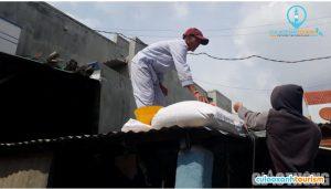 Người dân xã Nhơn Hải (TP Quy Nhơn) chằng chống nhà cửa trước thông tin bão số 6 sẽ đổ bộ vào tỉnh Bình Định. Ảnh: Quang Đạt