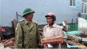 Ông Hồ Quốc Dũng, Chủ tịch UBND tỉnh Bình Định thăm hỏi, động viên những gia đình chịu thiệt hại của bão số 5