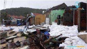 Bình Định chịu thiệt hại nặng nề trong cơn bão số 5 vừa qua. (Trong ảnh: nhiều ngôi nhà làng chài Nhơn Hải bị đánh sập)