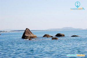 Những bãi đá ngầm giữa biển. Ảnh: dulichbinhdinh