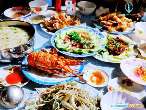 Bữa tối hải sản đủ màu đủ vị, từ sang như con tôm hùm đến lạ lẫm như con dẽ áo đều có tại bếp ăn nhà cô Sơn - Ảnh Internet