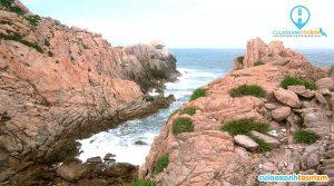 """nh Nguyễn Vinh Niên, một người dân khác cho biết, hồ hết tảng đá đều nằm trên những ngọn đồi cao từ 10 đến 20 m, khách du lịch khó tiếp cận. """"Nếu những hòn đá này ở thấp một tí có thể đã nổi tiếng vì mọi người check-in nhiều"""", anh Niên nói."""