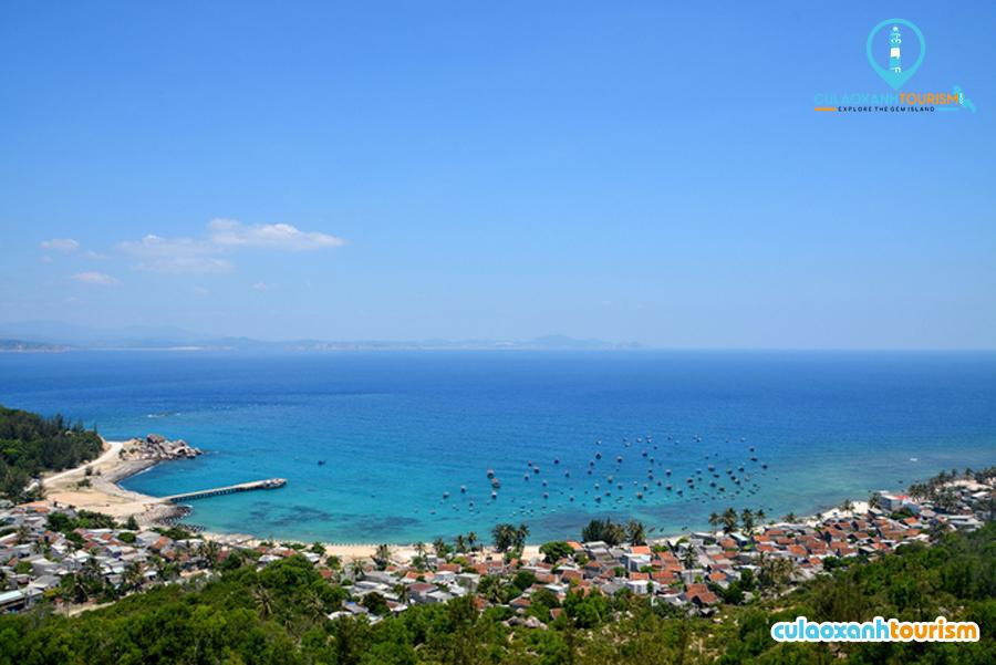 Nhơn Châu với biển xanh, cát trắng, nắng vàng.