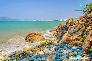 Bãi đá lý tưởng cho các bạn tắm biển - Ảnh Internet