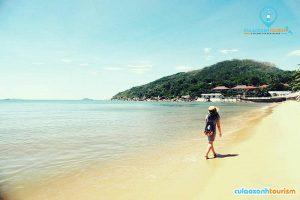 Đi dạo biển là hoạt động được nhiều người yêu thích khi đến thành phố biển Quy Nhơn (Ảnh: Internet)