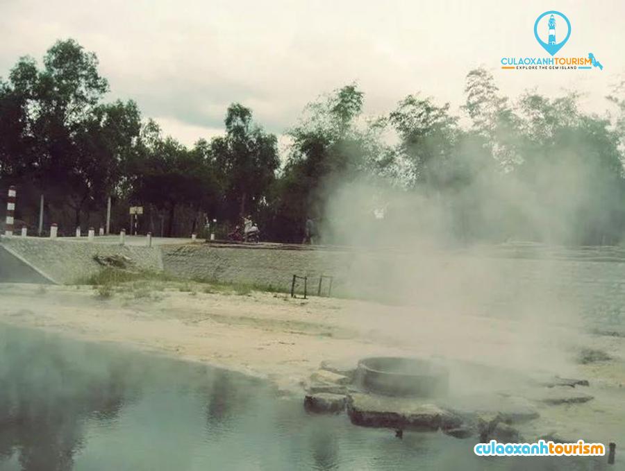 Hơi nước bốc lên ngưng tụ thành sương, thành khói phủ đầy mặt sông - Ảnh: Nguyễn Vĩ