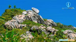 Cù Lao Xanh hay đảo Vân Phi nằm cách thành phố biển Quy Nhơn (Bình Định) khoảng 24 km. Những tảng đá tự nhiên ở mạn phía đông của đảo nằm chênh vênh, như thách thức trọng lực của địa cầu. - Anhr Internet
