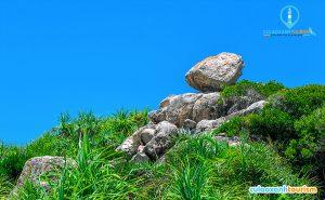 Khối đá cao hơn một mét, cạnh con đường bê tông dẫn lên mũi phía bắc đảo. Theo anh Lê Văn Luận, người dân sống trên đảo, mọi người thấy những tảng đá ở vị trí này từ hồi mới sinh ra và coi đây là điểm đặc biệt của Cù Lao Xanh. - Anhr Internet