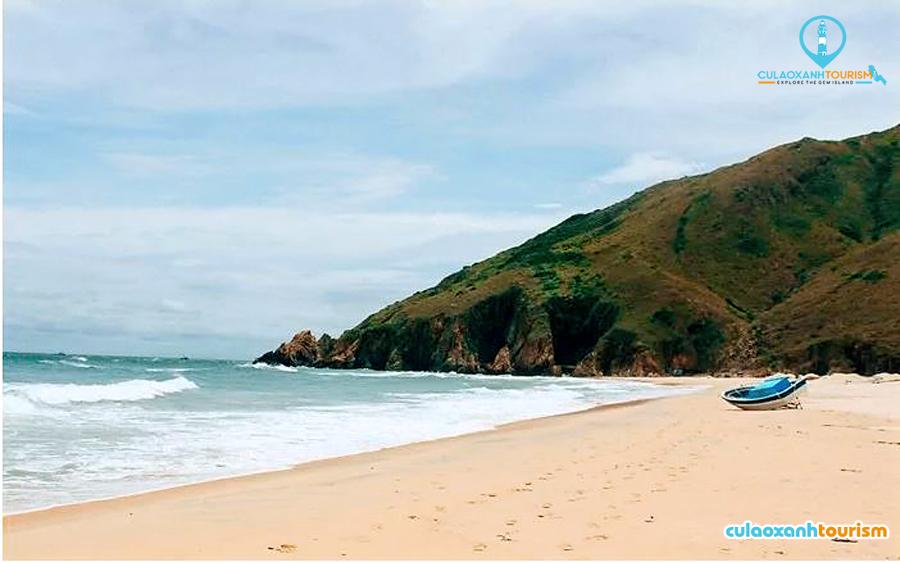 Biển Nhơn Lý là sự kết hòa quyện rất hài hòa giữa núi, biển và cát - Ảnh: Trần Ngọc Vũ Huy