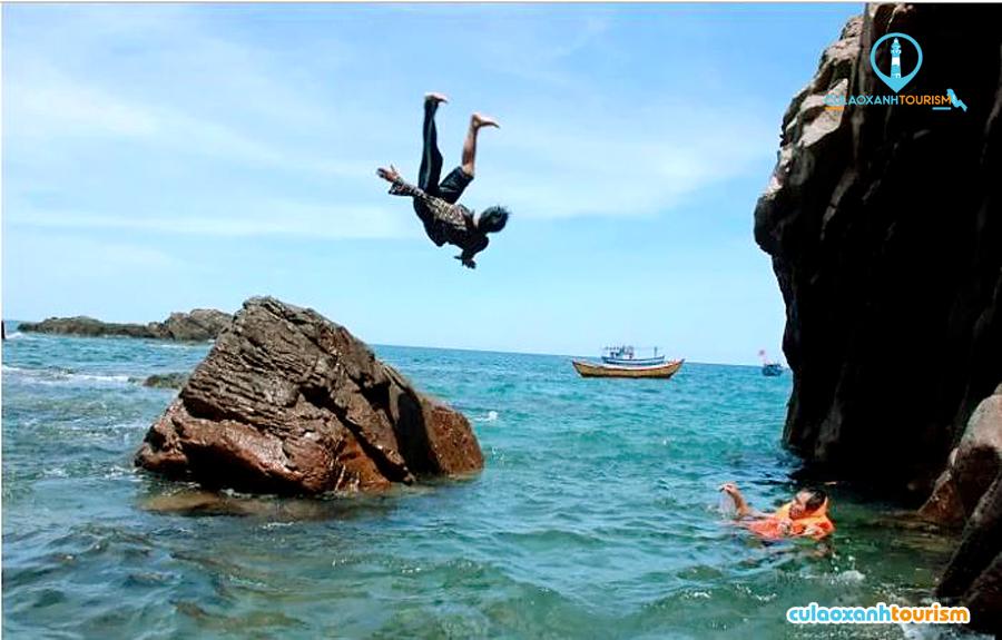 Du khách tắm biển ở Hòn Sẹo - Ảnh: Hoa Khá