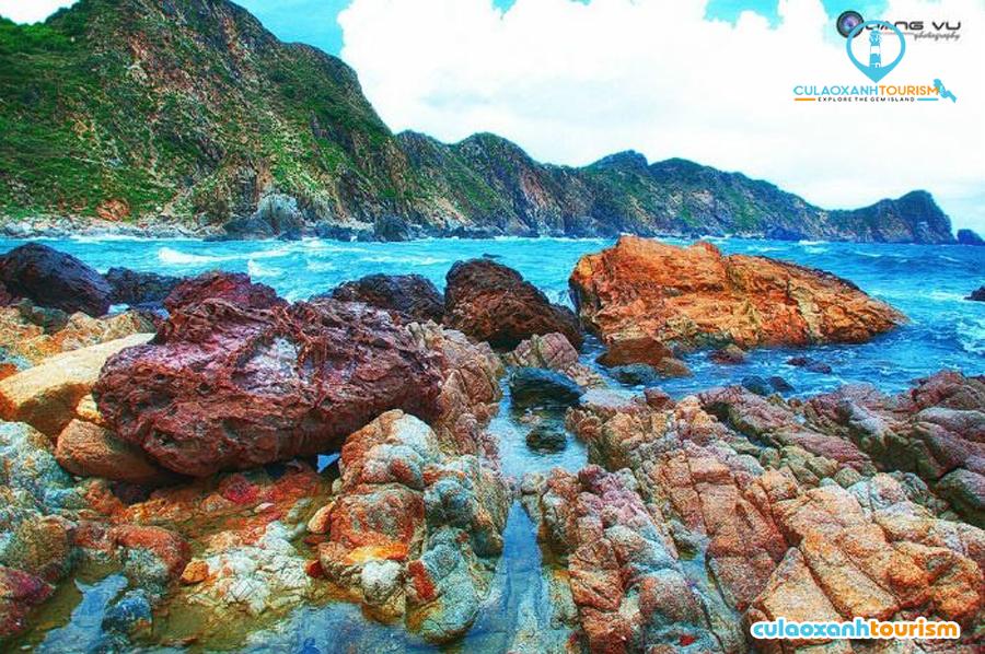 Biển xanh Eo Gió với những mỏm đá đa hình, đa sắc tạo nên bức tranh ấn tượng - Ảnh: Đào Phúc Quang Vũ