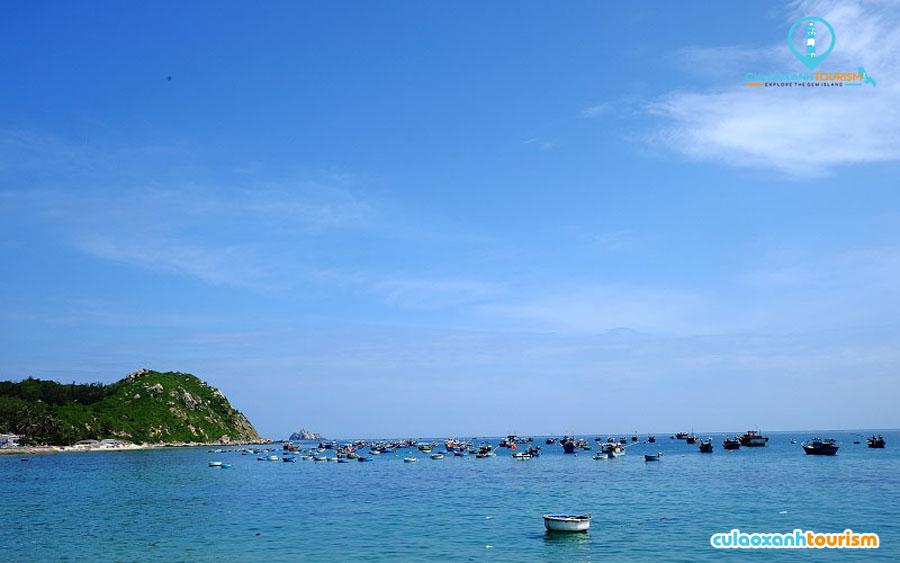 Những vũng biển tại Cù Lao Xanh thoai thoải uốn cong, được bao bọc bởi nước trong vắt nhìn thấu đáy - Ảnh Internet