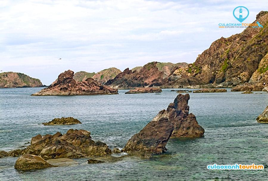 Những vách đá cheo leo trên đảo Yến - Ảnh ST