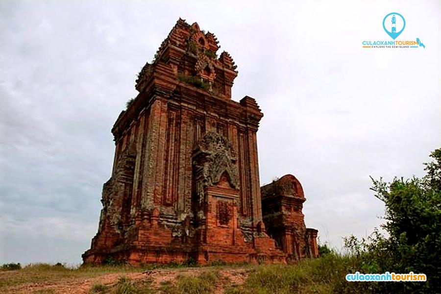 Những tháp Chàm nổi tiếng với các hoa văn, phù điêu được chạm khắc tinh xảo trên đá - Ảnh ST