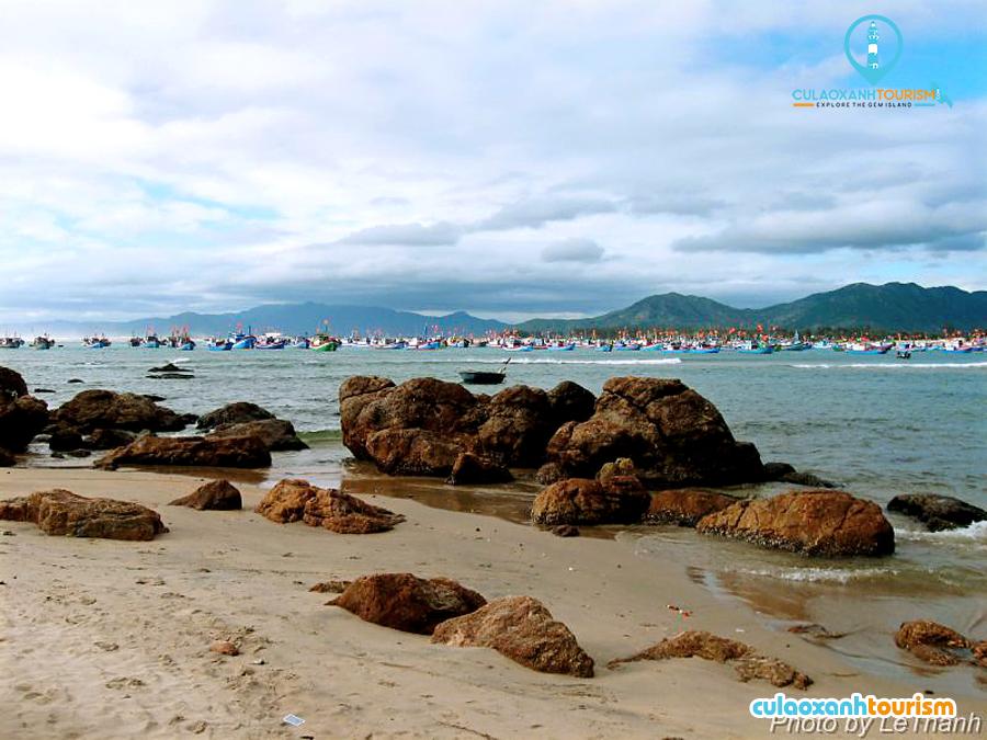 Từ thôn Tân Phụng đi về hướng Đông Nam qua bãi cát trước thôn ngắm những đoàn thuyền đánh cá xa xa - Ảnh: Le Thanh
