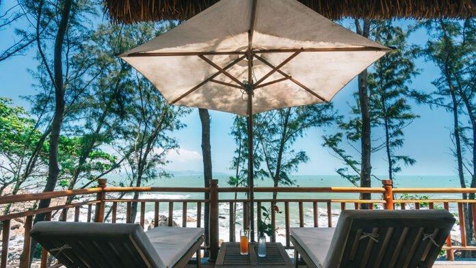 Chúng ta có thể vừa thư giãn, ngắm biển vừa thưởng thức những ly nước mát lạnh. (Nguồn: Internet)