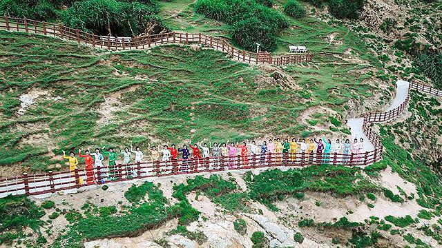 Eo Gió cách trung tâm thành phố Quy Nhơn 20 km về phía Đông Bắc, thắng cảnh nổi tiếng với vẻ đẹp hoang sơ.