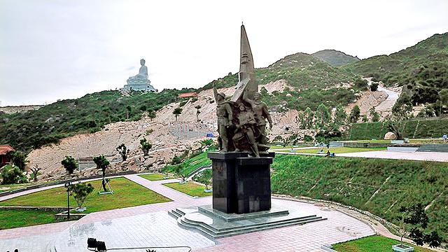 Tượng đài chiến thắng uy nghi, sừng sững giữa khu di tích Núi Bà.