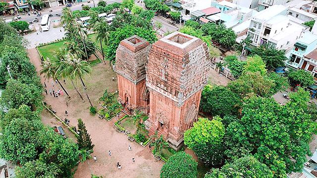Ngay tại phường Đống Đa, Quy Nhơn cũng có Tháp Đôi níu chân người lữ hành. Tháp Đôi in đậm kiến trúc của người Kmer và điêu khắc Angkor. Tuy có sự giao thoa văn hóa hai nước trong thời gian xây dựng tháp nhưng vẫn giữ được đường nét cơ bản truyền thống.