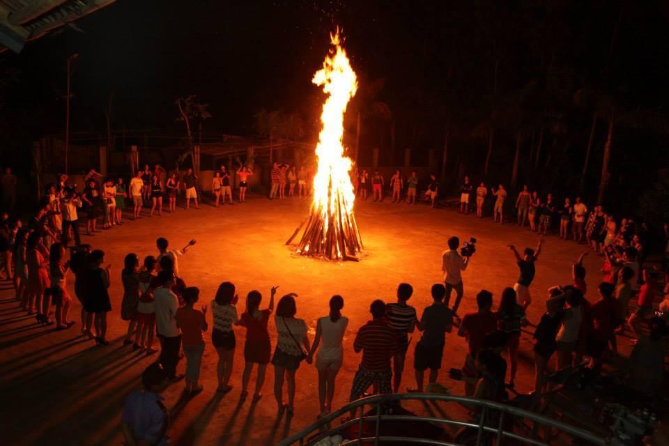 Đốt lửa trại là một hoạt động vô cùng thú vị - ẢNh ST