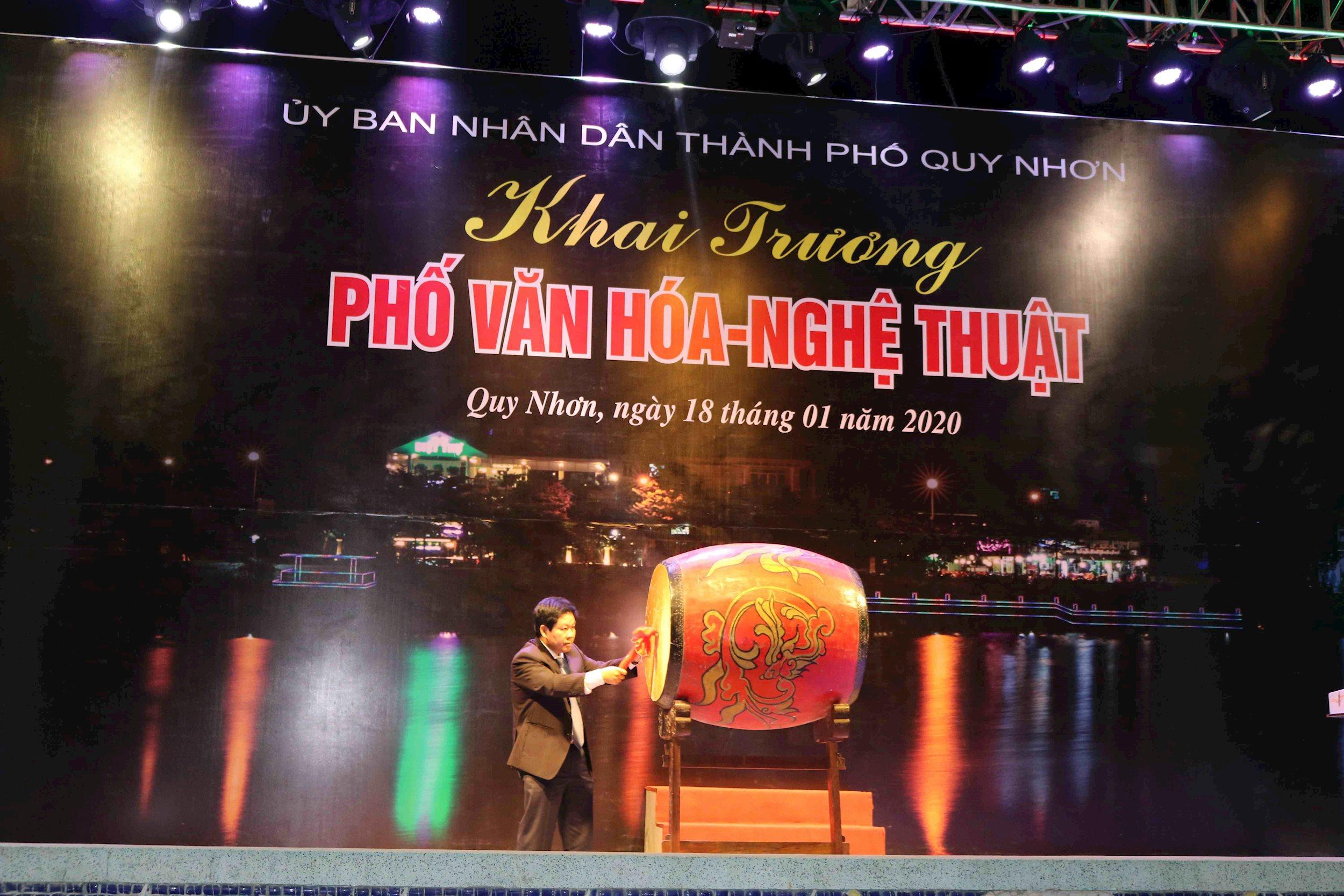 Ông Ngô Hoàng Nam - Chủ tịch UBND thành phố Quy Nhơn đánh trống khai trương