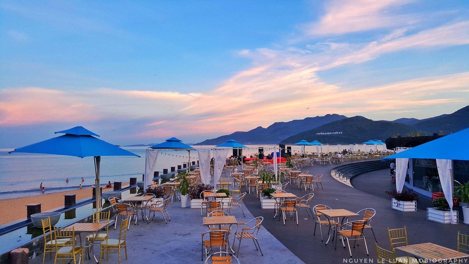 Vừa uống cafe vừa ngắm biển dạt dào mới thấy lòng được bình yên - Ảnh Lê Luận