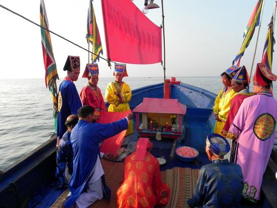 Ban tế lễ đưa thuyền ra biển thực hiện nghi thức rước thủy thần về nhập Lăng Ông. - Ảnh Baobinhdinh