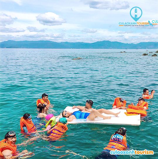 Tắm biển ở Cù Lao Xanh