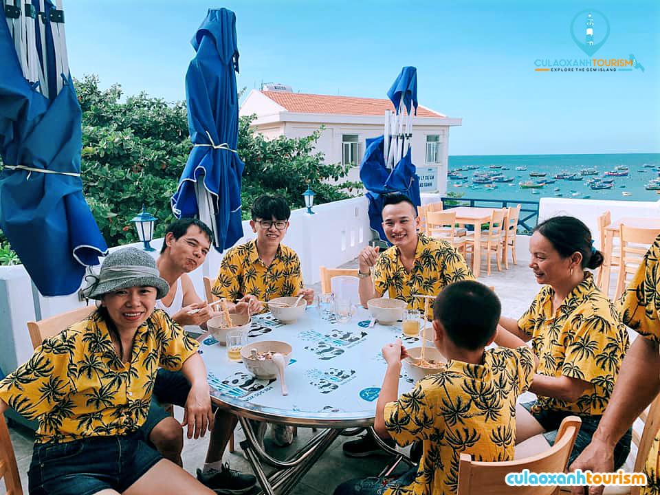 Không gian quá thoáng mát lại nằm ngay bờ biển Cù Lao Xanh