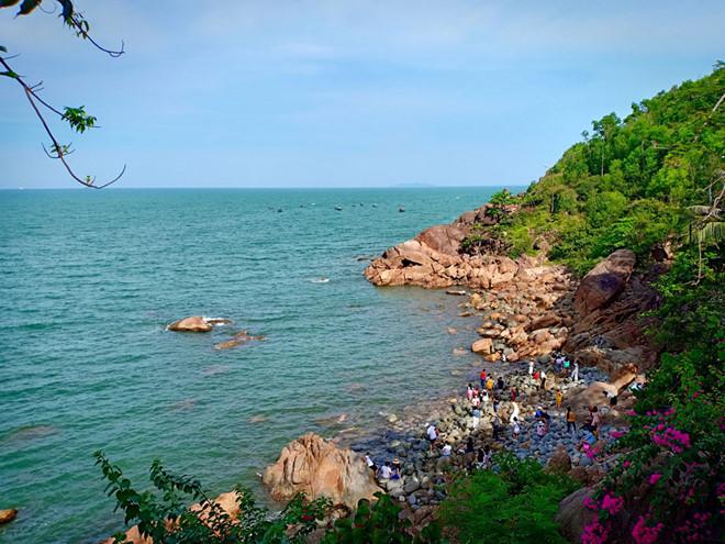 Nơi đây đá chất ngổn ngang tạo thành ghềnh, quanh năm đùa giỡn cùng biển xanh màu ngọc bích - Ảnh ST