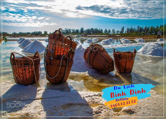 Ruộng muối Nhơn Lý trắng muốt một vùng - Ảnh: Hop Nguyen Yen Van