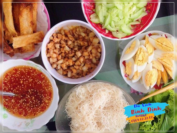 Đặc sản bánh cuốn Bà Tố Bình Định - Ảnh: Tuhoanglien