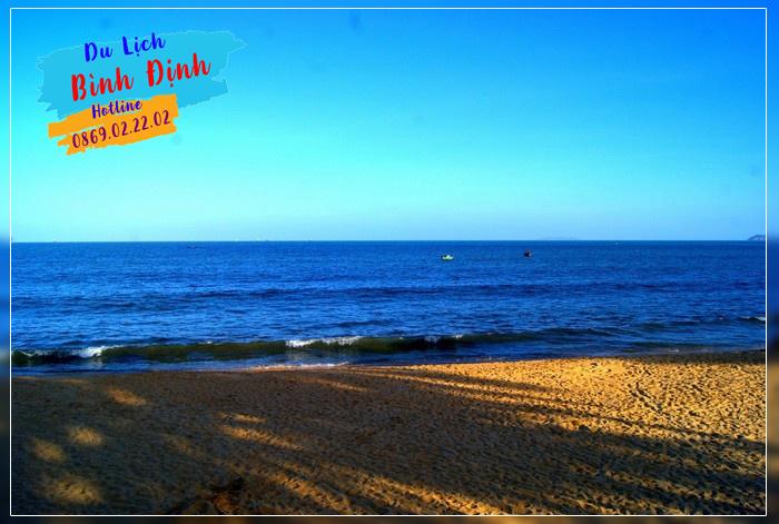 Bãi tắm Quy Nhơn trong xanh ngày nắng - Ảnh: Duy Đăng