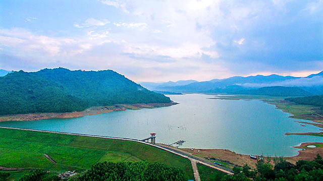 Hồ Núi Một không mang đẹp vẻ đẹp quá lãng mạn, nên thơ, mà nó níu chân du khách bởi vẻ ngoài hoang sơ, bí ẩn (Ảnh ST)